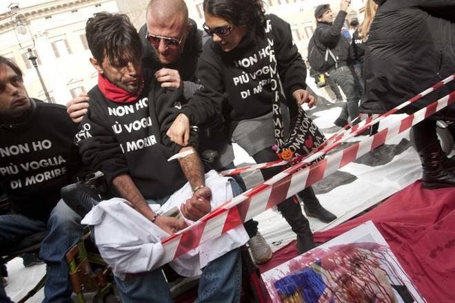 Manifestanti pro-Stamina protestano contro i tagli alla ricerca