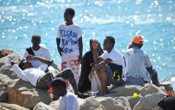 12ventimiglia_migranti_confine_scogli_protesta_1